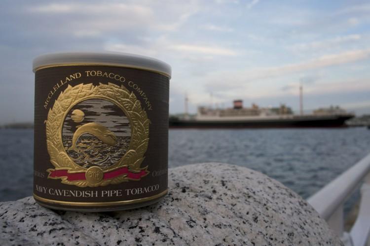 McClelland Matured Virginias: Navy Cavendish (マクレーランド ネイビーキャベンディッシュ) ケーキ状にプレスし、ダークジャマイカンラムで熟成する事によって実現した、深くリッチなフレーバー、色、アロマをもつ伝統的なネイビーキャベンディッシュというものを、スモーカーの皆様にこの煙草で改めてご紹介いたしましょう。 (パッケージの説明文をさぼ亭主人が翻訳)